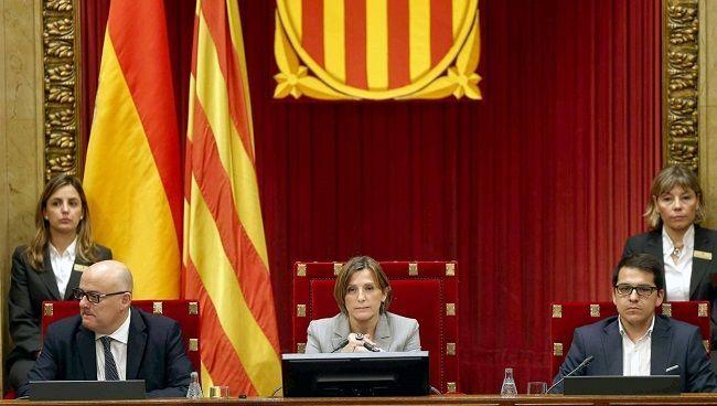 B22. BARCELONA, 09/11/2015.- La presidenta del Parlament, Carmen Forcadell, junto a los vicepresidentes Lluis Corominas (i) y José Maria Espejo-Saavedra (d), durante el pleno que debate y vota la resolución conjunta de Junts pel Sí y la CUP que pretende ser el inicio del proceso hacia la independencia de Cataluña, una resolución que, según ha anunciado el Gobierno, será recurrida ante el Tribunal Constitucional. EFE/Andreu Dalmau